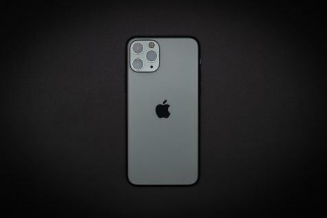"""iPhone 11 Pro 開箱啦"" by 淺草靈 Derek Tsai is licensed under CC BY-NC-ND 2.0"